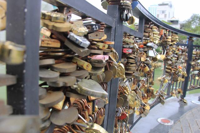 cầu tình yêu chằng chịt những ổ khóa