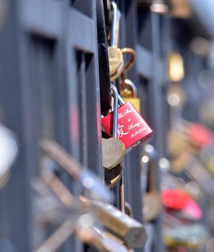 ổ khóa trên cầu tình yêu